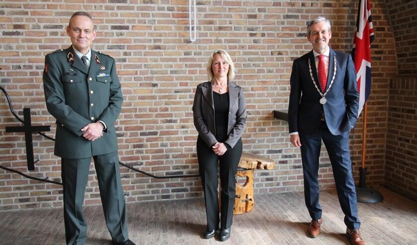 <p>Van links naar rechts: generaal-majoor Rob Jeulink, Monique van de Vijver en burgemeester Hans van der Pas. (foto: Marco Diepeveen)</p>