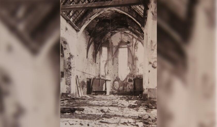 <p>1945 Het door oorlogsgeweld zwaar beschadigde interieur van de dorpskerk van Kesteren. (foto: Archief Gerrit Hendriks)</p>