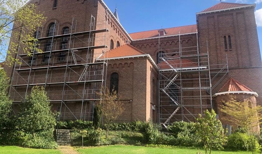 <p>Steigers bij kerk. (foto: Parochie Groesbeek)</p>