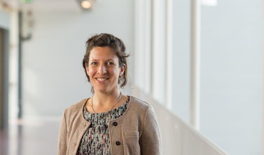 <p>Epidemioloog Alma Tostmann geeft een lezing over COVID-19 en andere infectieziekten. (foto: Radboudumc)</p>