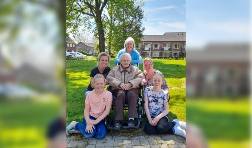 <p>Mevrouw Lucassen (omi) van 95 jaar met haar dochter, 2 kleinkinderen en 2 achterkleinkinderen. (foto: genomen door nog een achterkleindochter)</p>