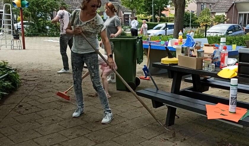 <p>Alies deLleeuw, ouder tijdens het schoonmaken. (foto: Dennis Heijmans)</p>