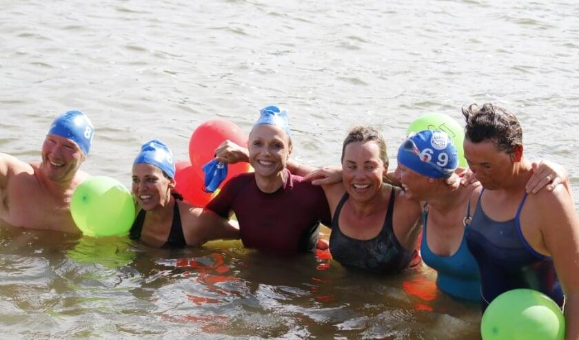 <p>Deelnemers bij de finish bij de vorige editie van 2019. (foto: Organisatie Swim to Fight Cancer)</p>