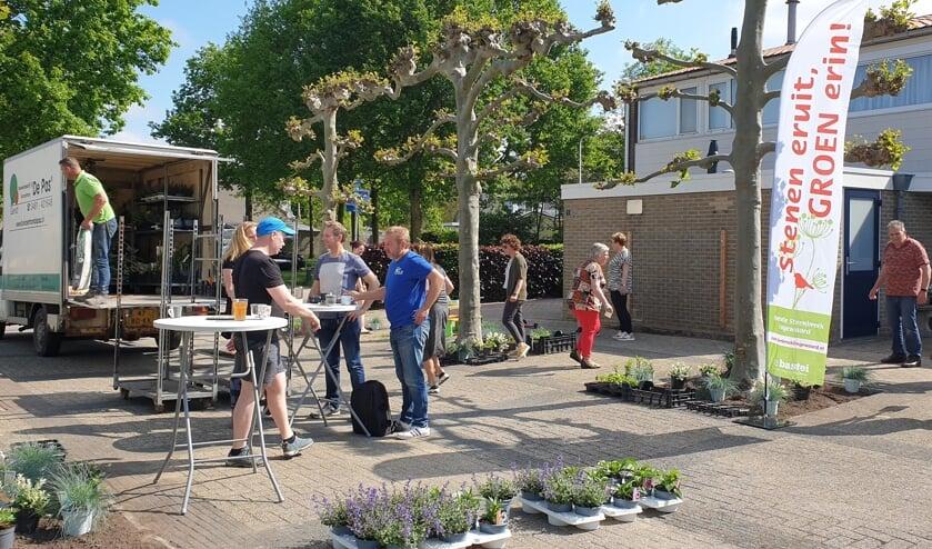 <p>Bewoners vergroenen het pleintje van De Wilgenhof. (foto: Operatie Steenbreek Lingewaard)</p>