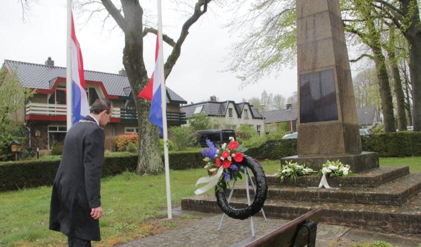 <p>Burgemeester legt krans bij monument op de Clarenbeekseweg in Berg en Dal. (foto: Peter Hendriks)</p>