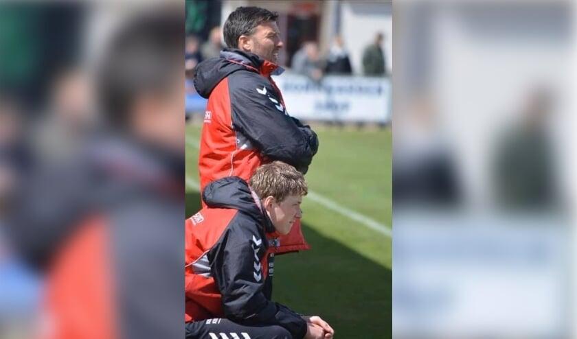 <p>Jeroen Neuhaus (staand), trainer van Jonge Kracht JO19-1 en stuwende kracht achter de nieuwe Lingewaard Cup.</p>