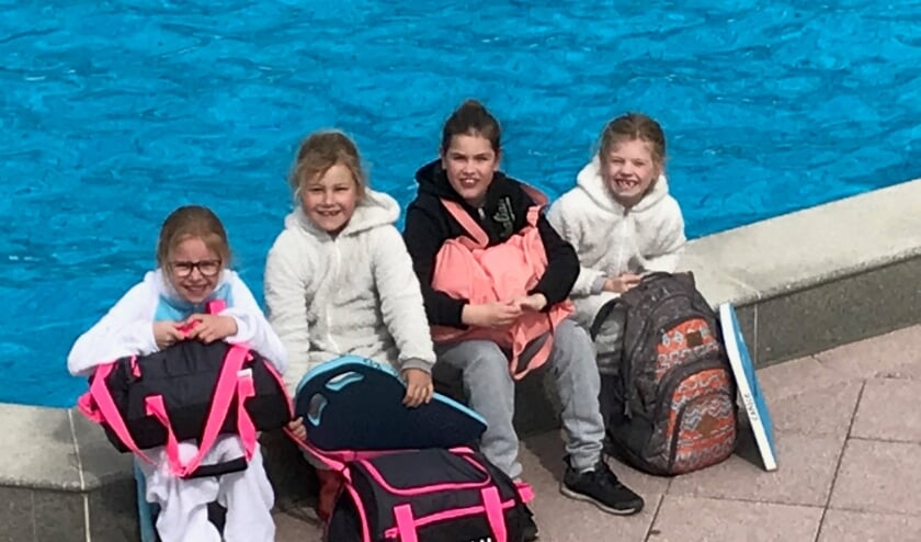<p>De vier meiden die gezwommen hebben. (foto: E. Bouwmeister)</p>