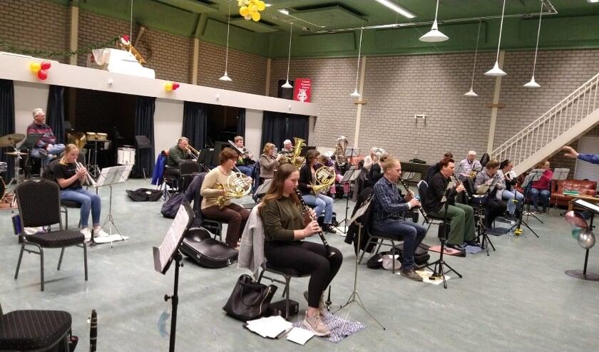 <p>Harmonieorkest Liemers Harmonie Duiven. (foto: Carrie Kersten)</p>