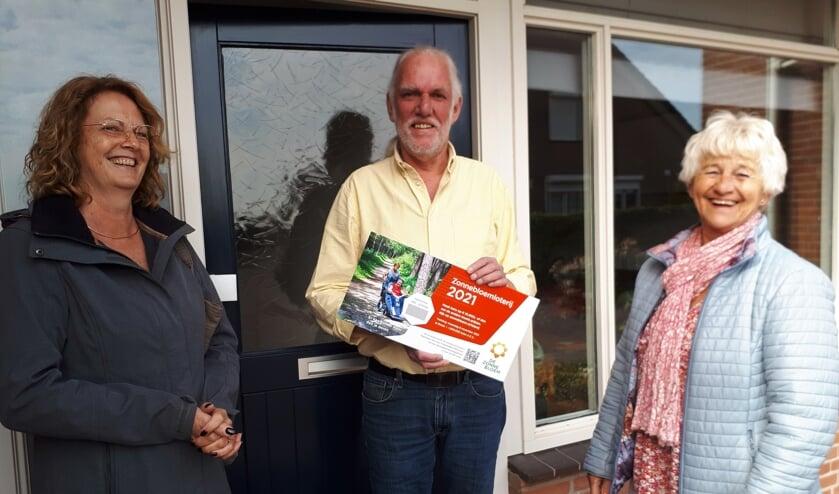 <p>Van links naar rechts: Monique Heijnis vz ZB, Dick van Altena, Lies Menting, vrijwilliger timet de verkoop van het eerste lot. (foto: N Thomson)</p>
