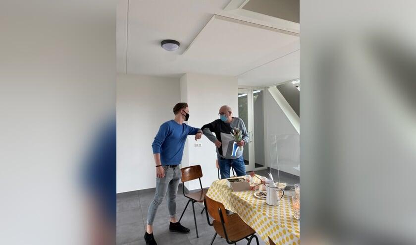 <p>Pepe en Martien groeten elkaar. (foto: Forte Welzijn)</p>