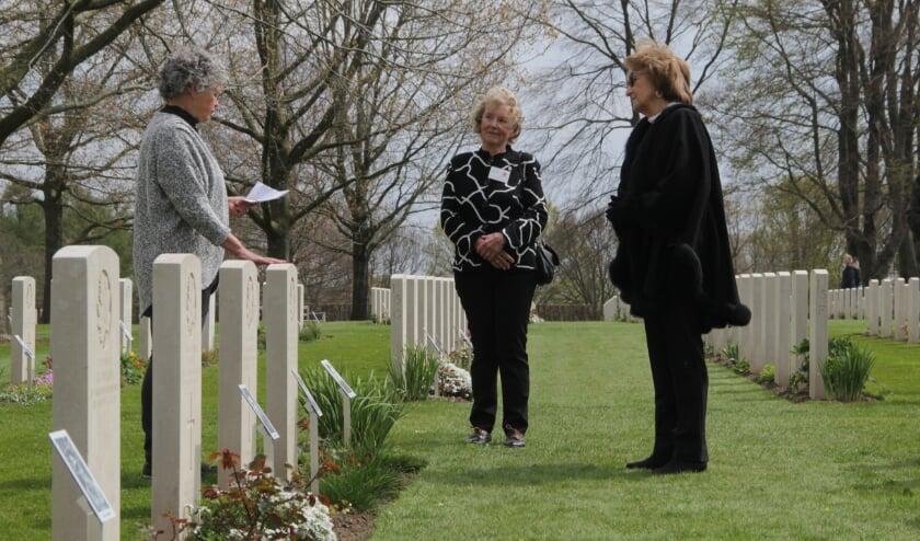 <p>Een vrijwilligster leest het levensverhaal voor bij het graf van de overleden soldaat. (foto: Peter Hendriks)</p>