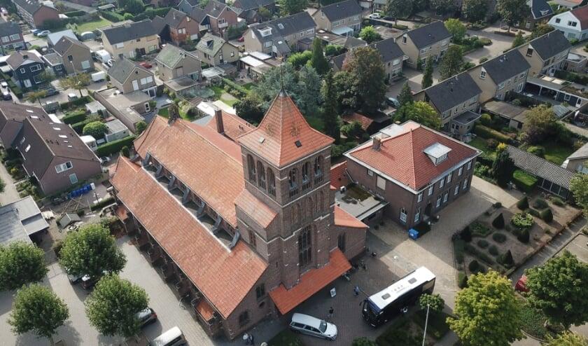<p>De Zandse Kerk en omgeving. (foto: Arthur Ike van AR Video)</p>