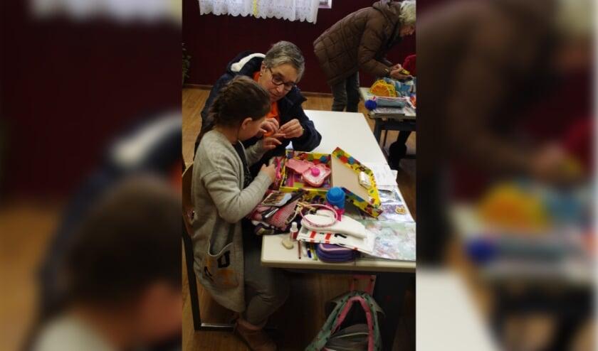 <p>Samen (In Roemenie) bekijken wat er in het kado zit. (foto: A de Wit)</p>