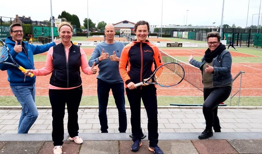 <p>Deze TVHA&rsquo;ers staan voor je klaar op ons mooie tennispark. Van links naar rechts: Kim, Petra, Owen, Sylvia en Mark. (foto: Ingrid Breunissen)</p>