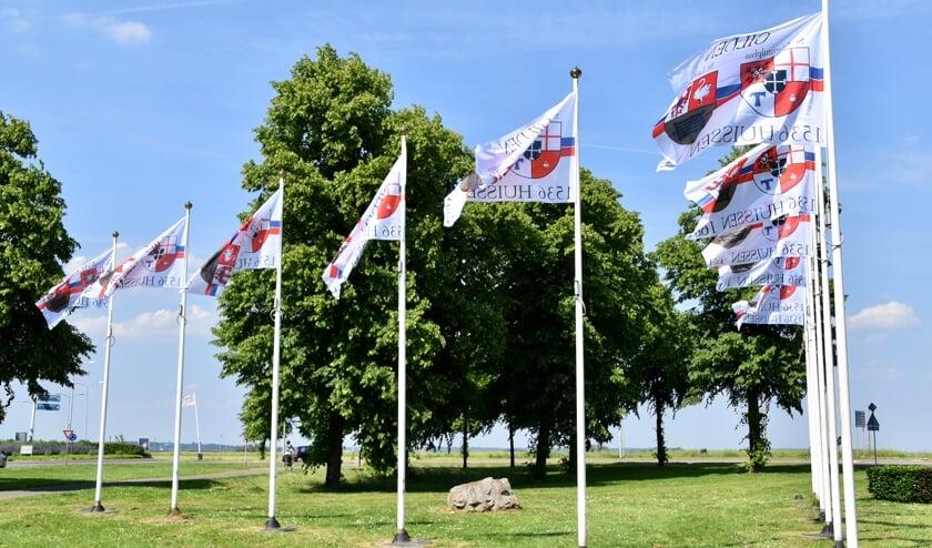 <p>Gilden vlaggen Arnhemse poort. (foto: Gilden Huissen)</p>