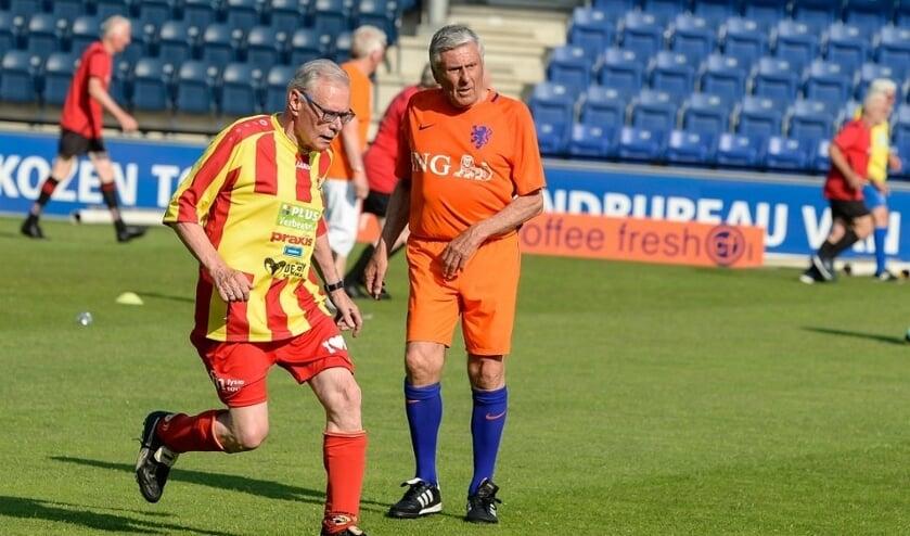 <p>Jacq. Pouwels (Juliana&#39;31) troeft Sjaak Swart (Oranje) af. (foto: Harry Smits)</p>