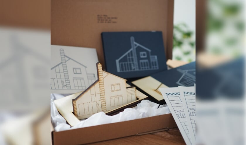 <p>Persoonlijk miniatuur huisjes en kaarten voor een klant. (eigen foto)</p>