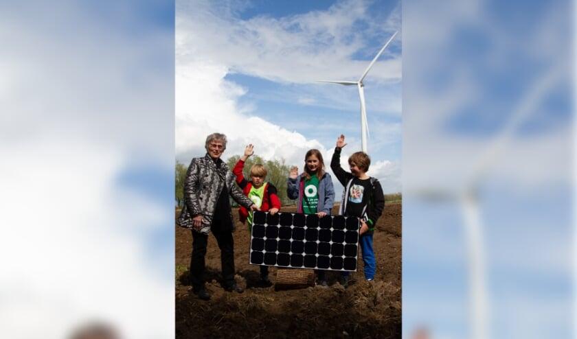 <p>Voorzitter Leidy van der Aalst van Energieco&ouml;peratie WPN kocht de eerste Zonaandelen voor haar kleinkinderen. (foto: Kees Huizer)</p>