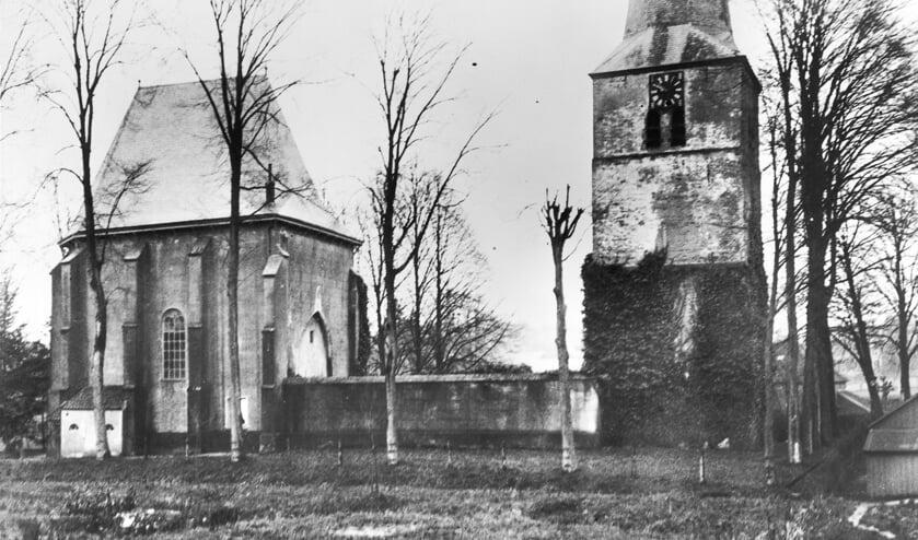 <p>De kerktoren aan de Kerkstraat, gezien vanaf de Ottenhoffstraat met op de voorgrond de plek waar in 1870 de fossiele hoorn gevonden is.</p><p>(foto: Rijksdienst voor de Monumentenzorg, 1924)</p>