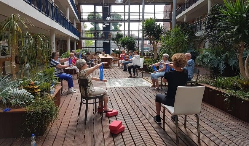 <p>Actieve bewoners Oranjerie tijdens de Balkon Beweegdag 2021. (foto: Rosanne de Groot)</p>