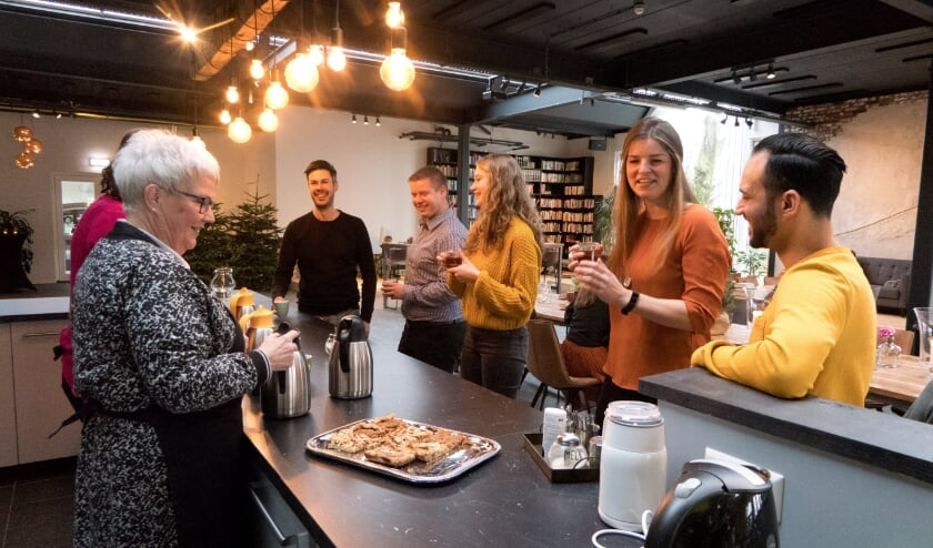 <p>Gezellig koffie drinken in De Stek. Je bent welkom! (foto: KerkvoorNu)</p>