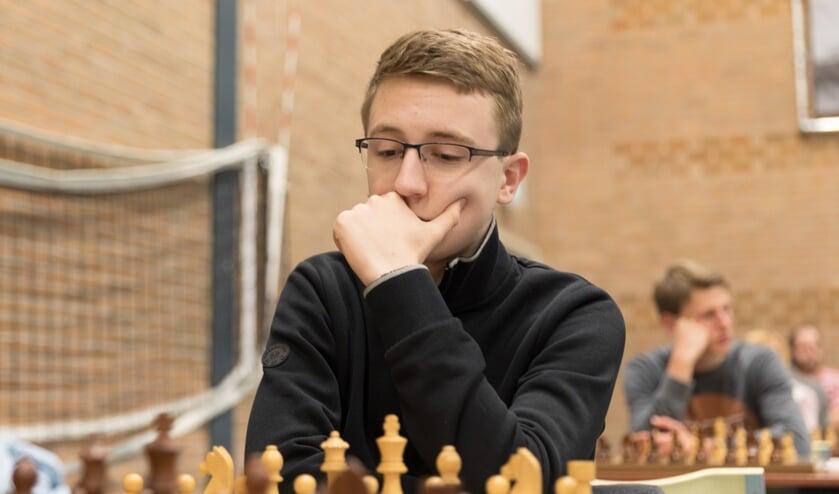 <p>Rembrandt Bruil in actie tijdens het Nederlands Jeugdschaakkampioenschap. (foto: Harry Gielen)</p>