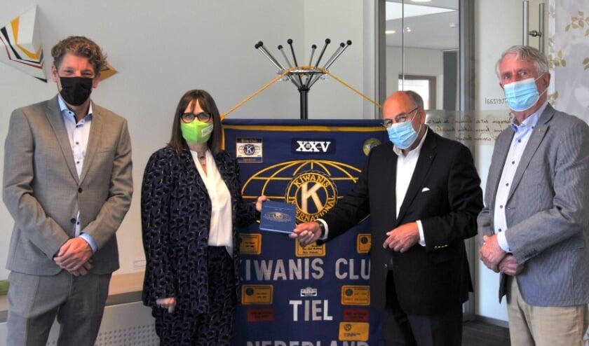 <p>Frits Beunke, een van de initiatiefnemers van Kiwanis Club Tiel, overhandigt het boekje aan Ella Kok-Majewska, directeur/streekarchivaris van het RAR. Links op de foto Folkert Beenen, laatste Kiwanis President, en rechts erelid Charles van Rossem. (foto: RAR)</p>