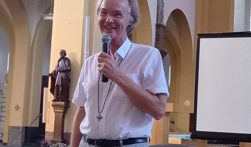 <p>Waarnemend pastoor Aloys van Velthoven blij met ondersteuning. (foto: Joop Verstraaten)</p>