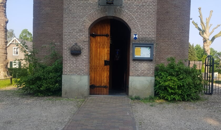 <p>De deur van de kerk in Hemmen staat uitnodigend open! (foto: Jan van den Brandhof)</p>