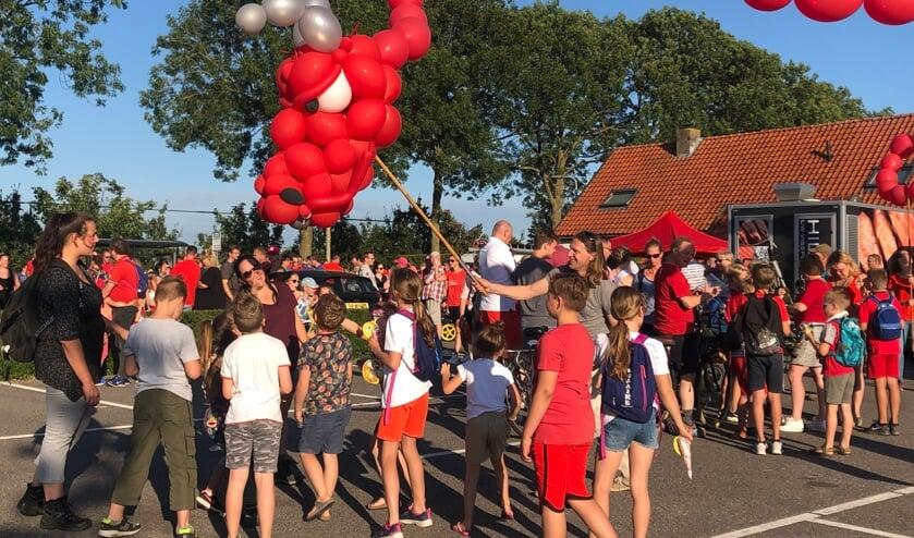 <p>De rode draak tijdens de intocht van de vierdaagse op Kersenrode vrijdag. (foto: Aniek Smids)</p>