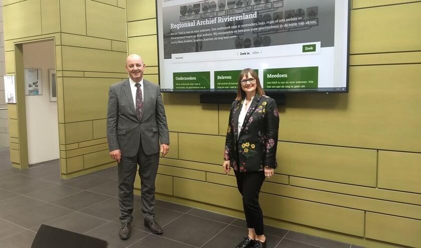 <p>Ton van Maanen, nieuwe voorzitter van het RAR, en directeur/streekarchivaris Ella Kok-Majewska voor de vernieuwde website. (foto: RAR)</p>
