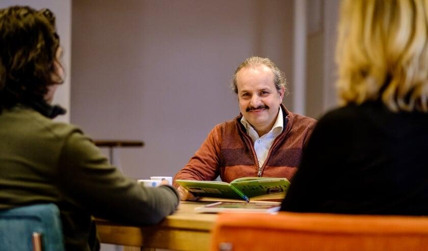 <p>Mohammad Soliman in het Taalcaf&eacute;. (foto: Marcel Krijgsman)</p>