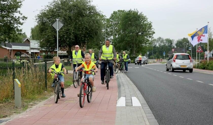 <p>Met twee goede gidsen voorop fietst wethouder Stefan van Someren samen met oud-wethouder Herman Gerritsen en omwonenden over de vernieuwde Broekdijk. (foto: 3JetFotografie)</p>