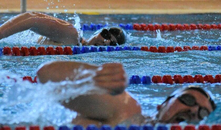 <p>Zwemmers in actie tijdens een wedstrijd. (foto: Esther Sprick)</p>