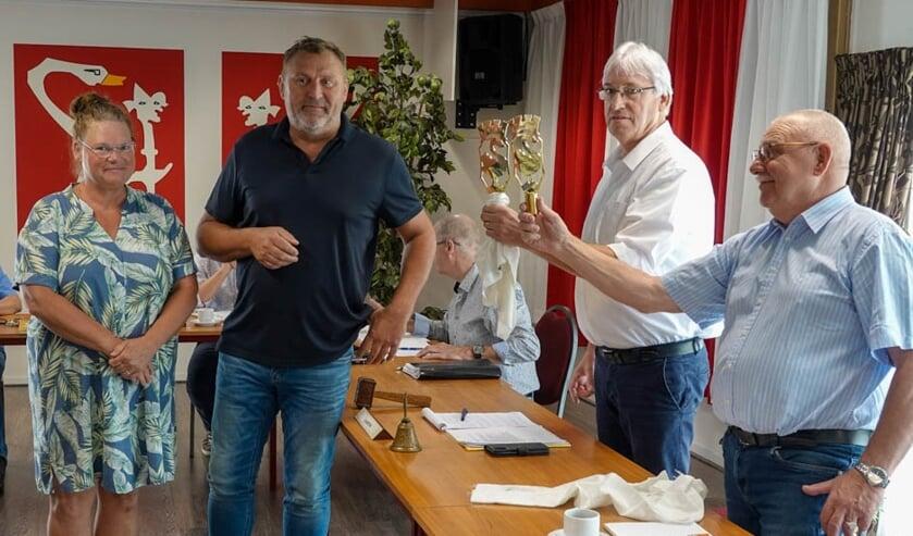 <p>Hanni Bouwman, Frank Jeurissen, vrienden van Huissen bieden de ornamenten aan de voorzitter Hugo Vermaas. (foto: Harry ten Have)</p>
