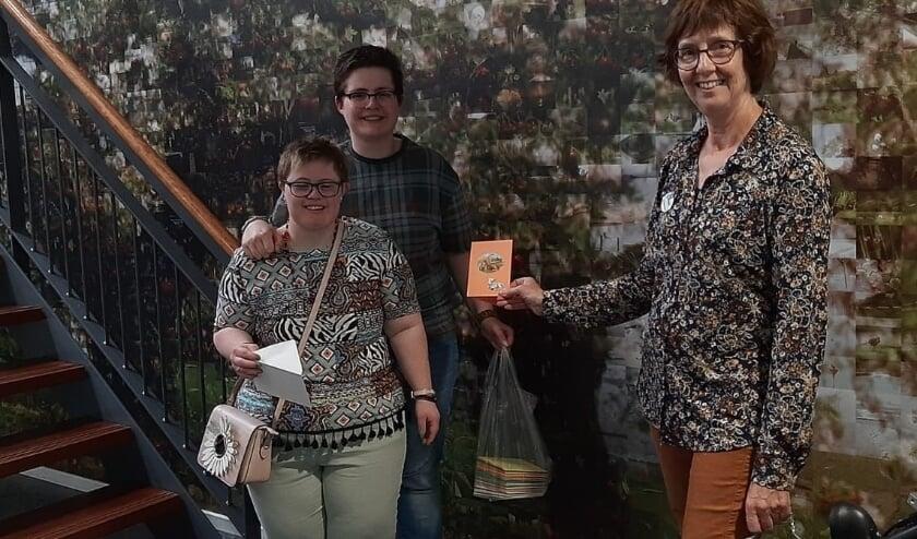 <p>Rikie neemt de mooie kaarten aan namens de bewoners. (foto: Elisabeth Sohl)</p>
