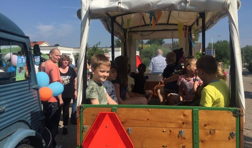 <p>Aftrap Lief & Leedstraten in Neder-Betuwe kinderen in kar. (foto: Welzijn Rivierstroom)</p>