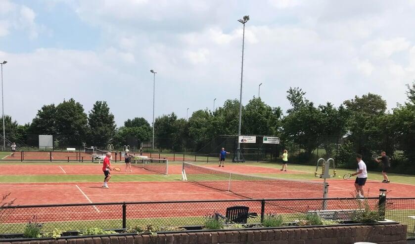 <p>Tennis op T.V. De Stuw. (oto: De Kersenplukkers)</p>