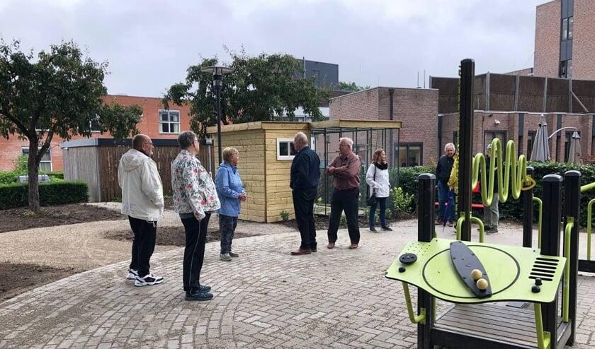 <p>Opening van de voli&egrave;re in de Buurttuin van Tertzio. (foto: Attent Zorg en Behandeling)</p>