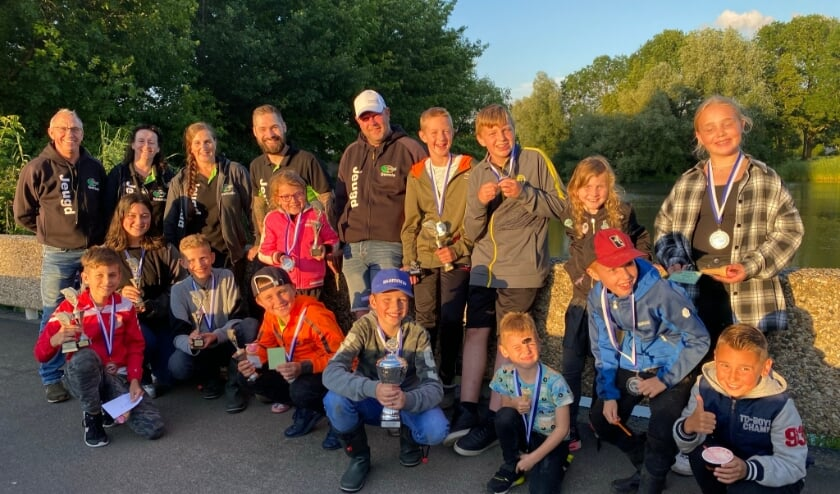 <p>De jeugdcommissie samen met de aanwezige jeugdvissers. (foto: Jeugdcommissie HSV St. Petrus Huissen)</p>