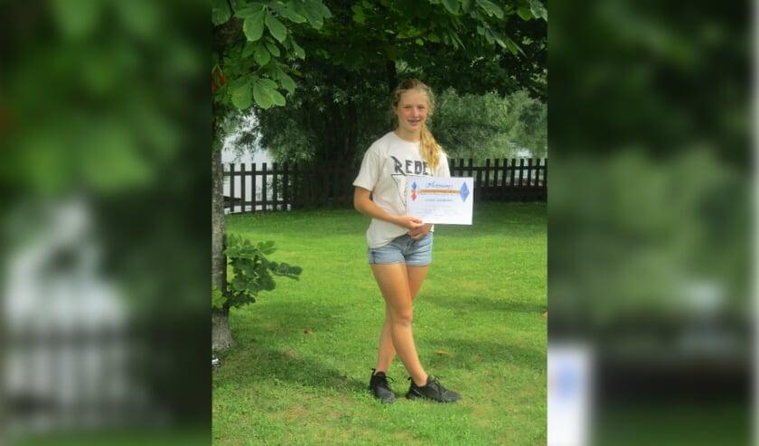 <p>Uitreiking 18 certificaten op de slotdag. Louise behaalde het diploma Basiswijs met groot blauw icoon door middel van het plusprogramma bij Talento Metissimo. (foto: S. van Riel)</p>