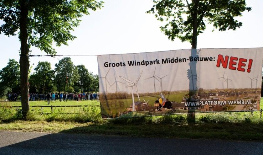 <p>Bijeenkomst bewonersplatform Windpark Midden-Betuwe in Kerkstraat Dodewaard. (foto: Bewonersplatform Windpark Midden-Betuwe)</p>