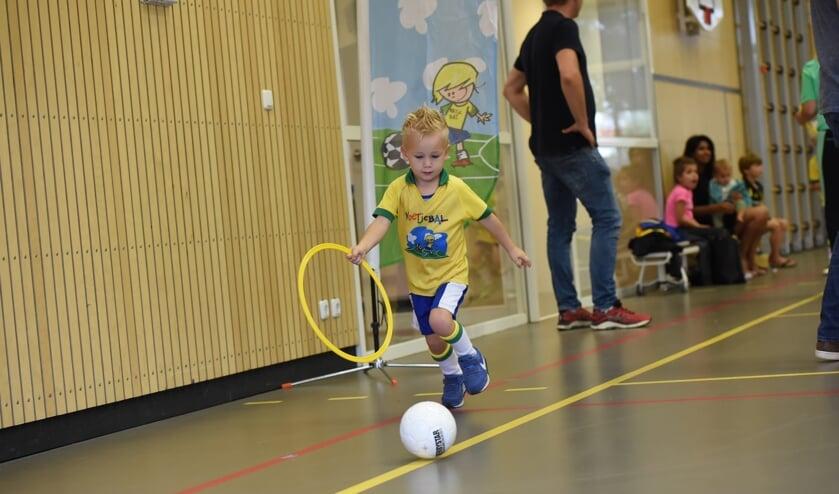 <p>Kindje aan het voetjeballen. (foto: Guido Teekamp)</p>