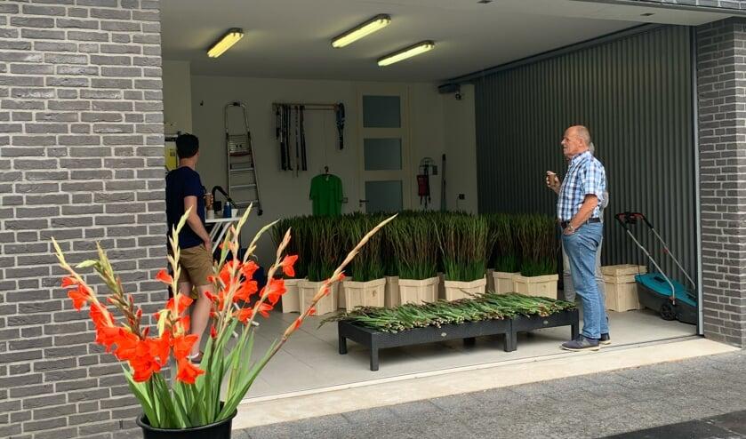 <p>Vanuit een garage van een van de deelnemers werden de gladiolen verkocht. (foto Jeroen Sertons)</p>