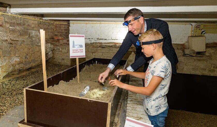 <p>Wethouder Dimitri Horsthuis- Tangelder en Mees Ilbrink bij de archeologiebak. (foto: Jan Adelaar)</p>