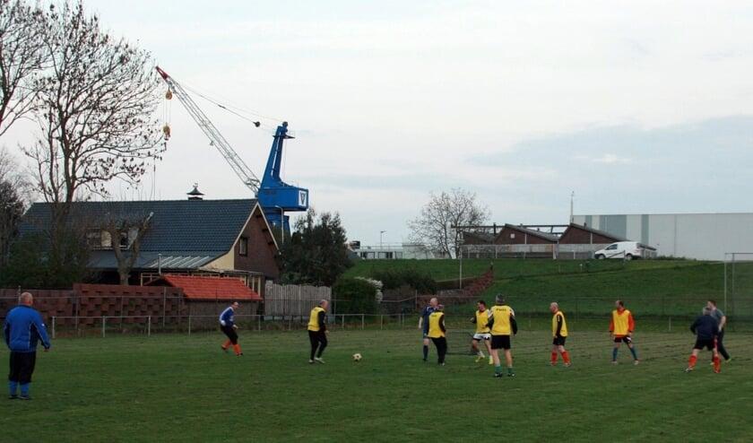 Een groepje voetballers actief op het veld in Huihuizen.n partijtje op maandagavond op het voetbalveld van Hulhuizen.
