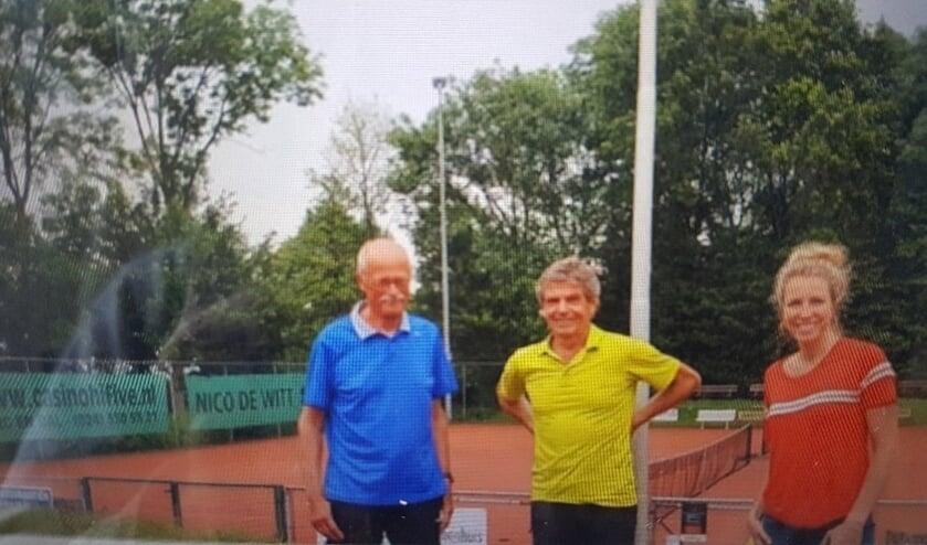 <p>Loesan Bottema (Forte Welzijn) met Andries Visser en Hans van Dijck van TV De Oorpsprong.</p>