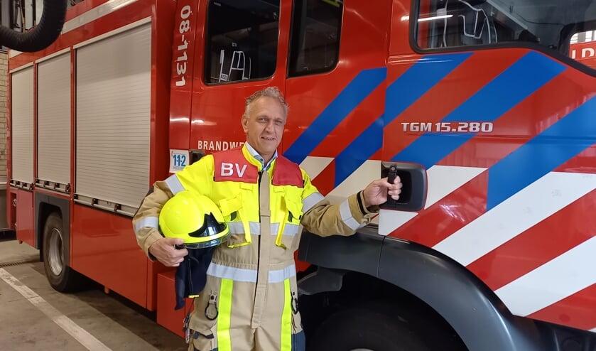 <p>John bij een van de brandweerwagens. (foto: Joop Verstraaten)</p>