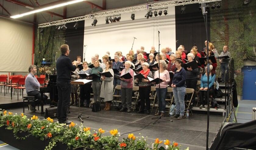 <p>Uitvoering van het koor in de Millingse sporthal. (foto: Erik Hell)</p>