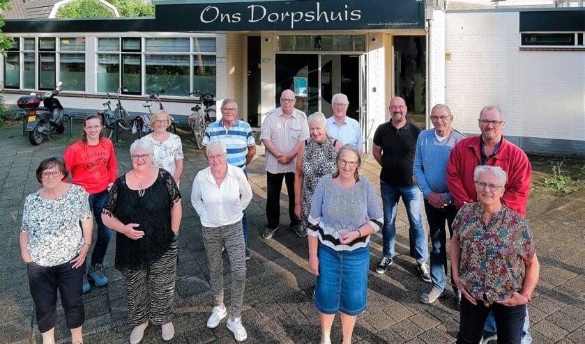 <p>Bestuur en vrijwilligers zijn trots en blij met het gerenoveerde pand van Ons Dorpshuis in Kesteren. (foto: Jan van den Brink)</p>